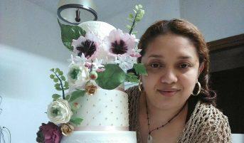Orgullosa, con su maqueta de tarta. Foto cortesía.